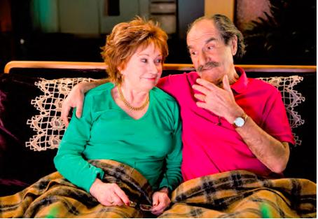 Les deux retraités Huguette (Marion G.) et raymond (Gerard H.) sur leur canapé