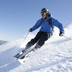 guy-skiing-in-hemsedal-dsbw-1400x1400