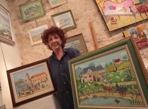 charlotte julian dans une galerie au milieu de ses tableaux