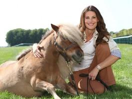 Photo de Sophie Thalmann a cote d'un poney sur Equidia