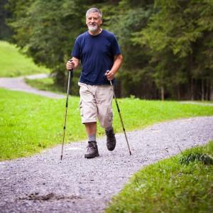 Homme faisant de la randonnée pedestre