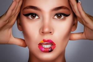 Visage de femme mannequin maquillée : yeux, levres avec rouge à lèvres, pommettes, ..