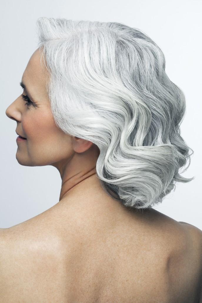Famme mannequin senior de profil avec les cheveux gris / blanc