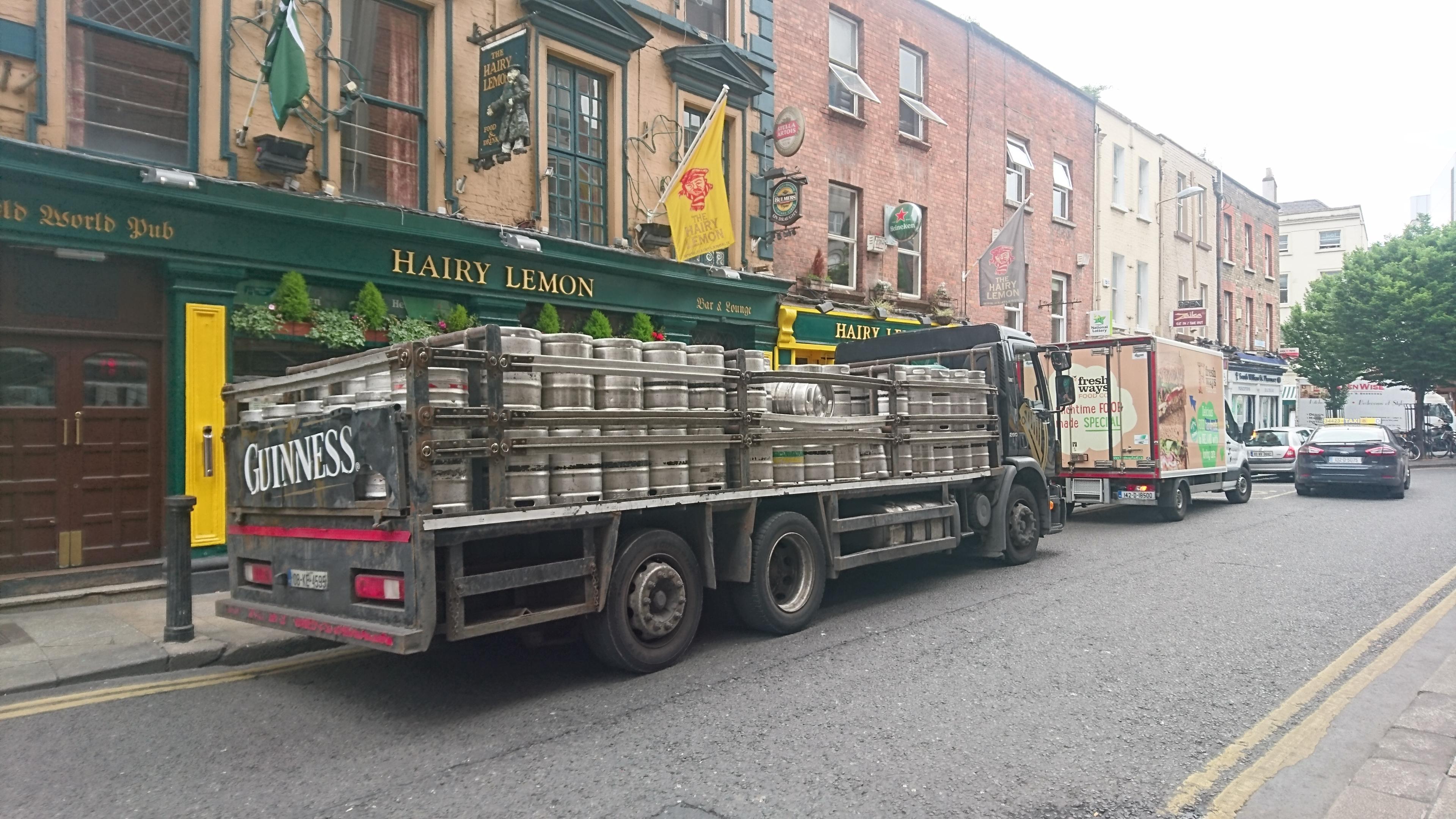 Les camions Guiness transportant à travers les villes des bidons entier du fameux breuvage