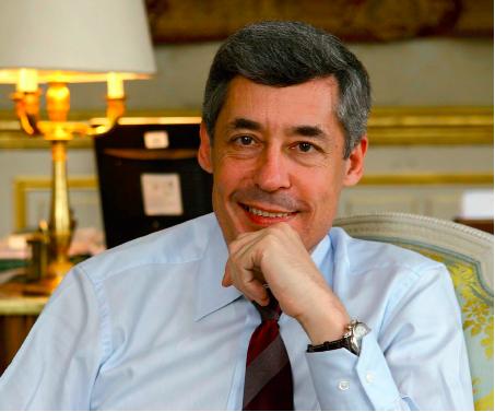 Photo de Henri Guaino dans son bureau à l'Elysée